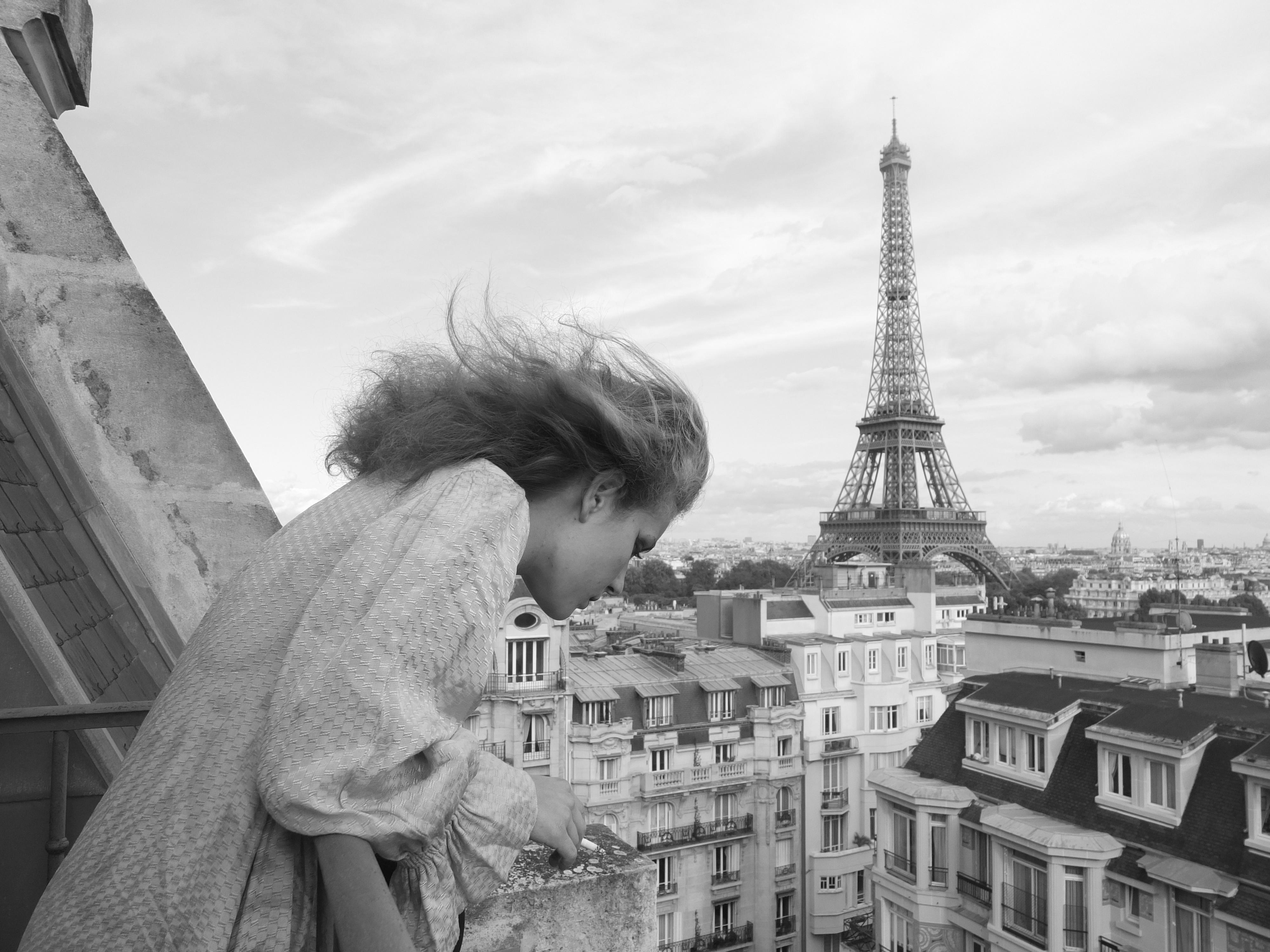 jeune femme au balcon devant la Tour Eiffel
