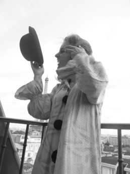 clown au balcon devant la Tour Eiffel