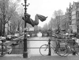 acrobate sur un lampadaire